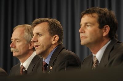 LeRoy Cain (au centre), responsable des opérations de lancement au centre spatial Kennedy lors de la conférence de presse du 9 décembre. Crédits : NASA