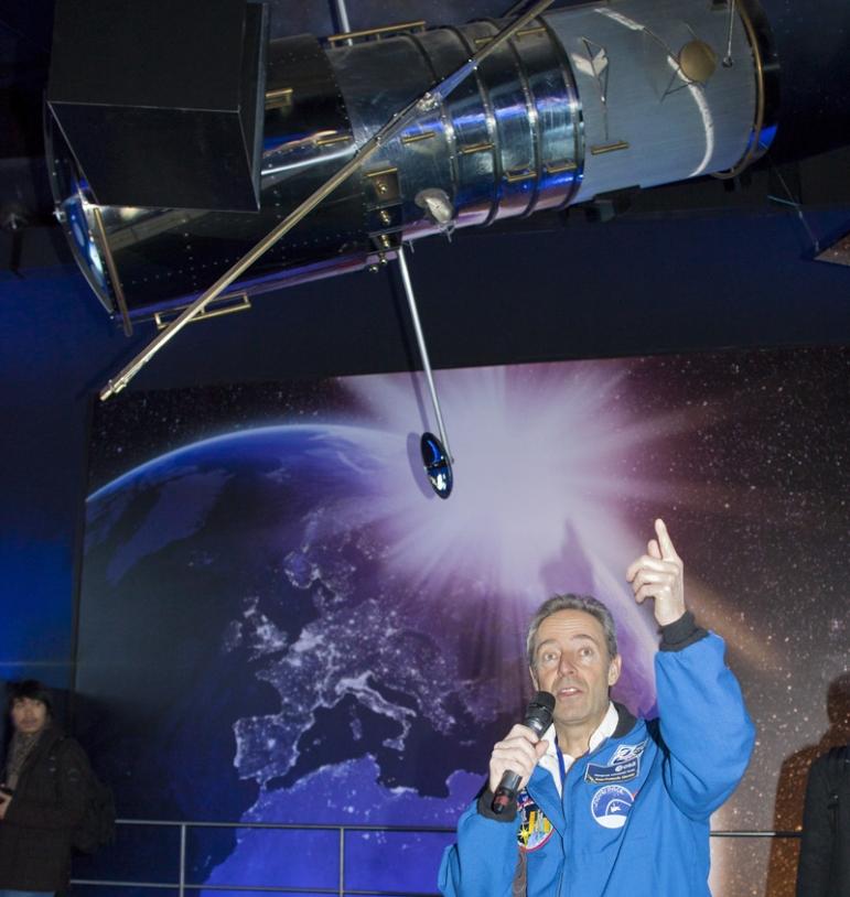 L'astronaute français, Jean-François Clervoy, était sur place pour présenter la mission de sauvetage du télescope spatial Hubble en 2009. Crédits : JL Audy/Futuroscope.