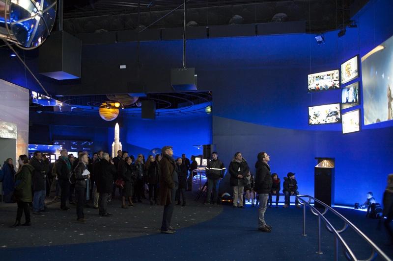 La salle de « pré-show » du film « Chocs cosmiques » au Futuroscope de Poitiers, entièrement réaménagée par le CNES. Crédits : JL. Audy/Futuroscope.